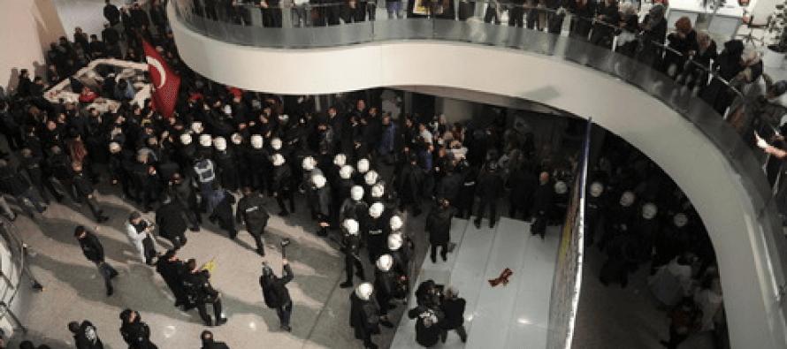 Turchia. Cannoni ad acqua contro il giornale Zaman