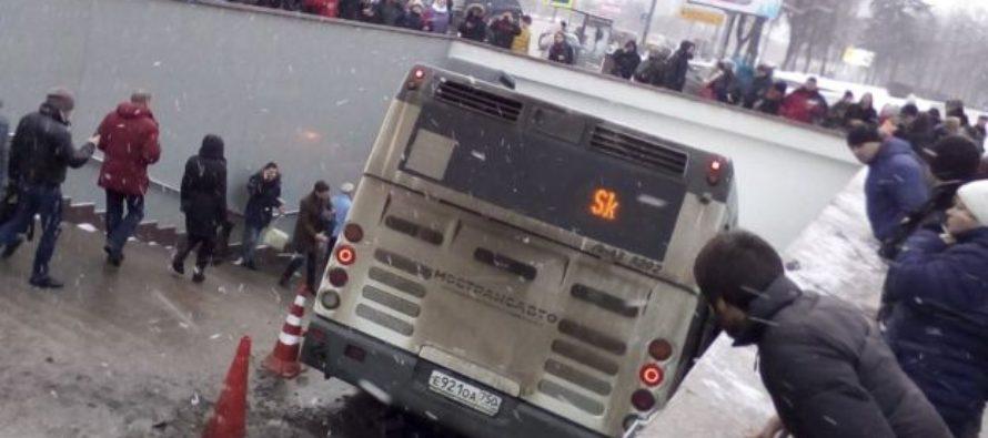 Autobus si schianta nella metropolitana di Mosca uccide quattro persone