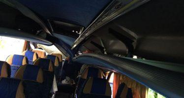 Albero cade su un bus pieno di gente