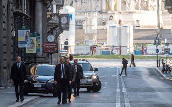 Il Papa non rimane a casa