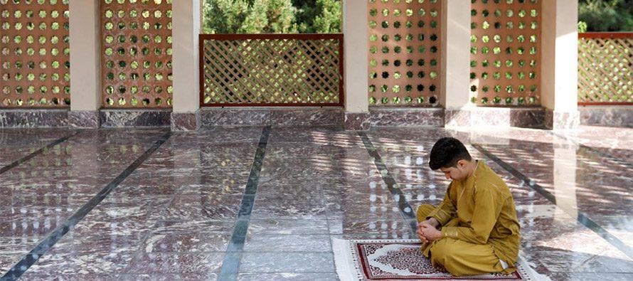 I musulmani celebrano le preghiere di Eid, socialmente distanziati
