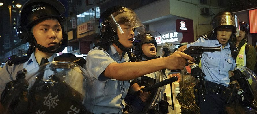 Hong Kong migliaia in piazza, oltre 300 arresti