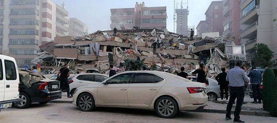 Un forte terremoto scuote la Grecia e fa crollare edifici in Turchia