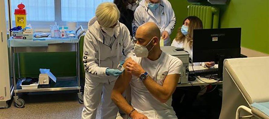 Matteo Bassetti minacciato dai no-vax. Il primario invoca Facebook